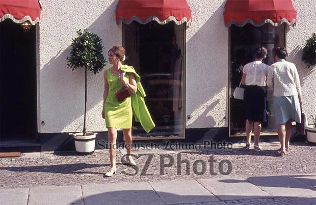 Frau vor einer Boutique am Kurfürstendamm in Berlin, 1964