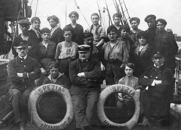 Schiffskapitän mit seiner Besatzung, 1917