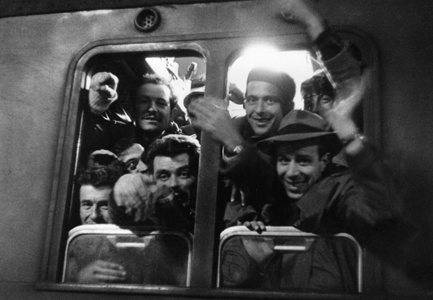 Italienische Gastarbeiter bei ihrer Ankunft in München, 1960 © Jenö Kovacs/SZ Photo
