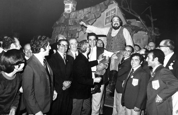 Shmuel Rodensky mit Mitgliedern der israelischen Olympiamannschaft, 1972