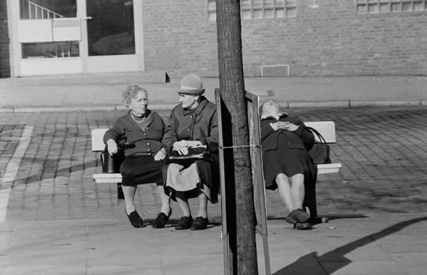 Alte Frauen auf einer Parkbank in Hamburg