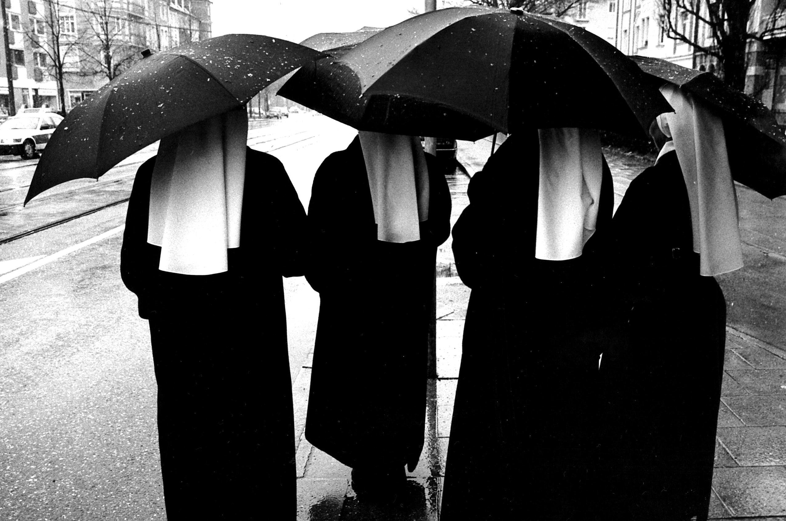 Nonnen im Münchner Schneeregen.