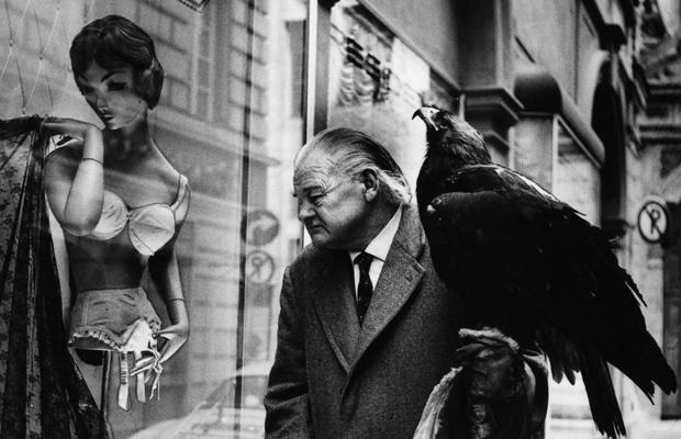 Mann mit Adler in München, 1960