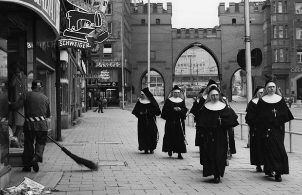 Nonnen vor dem Karlstor in München