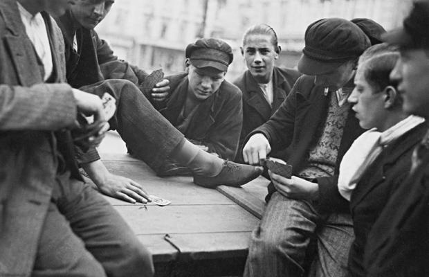 Junge Arbeitslose beim Kartenspiel auf dem Andreasplatz in Berlin, 1932