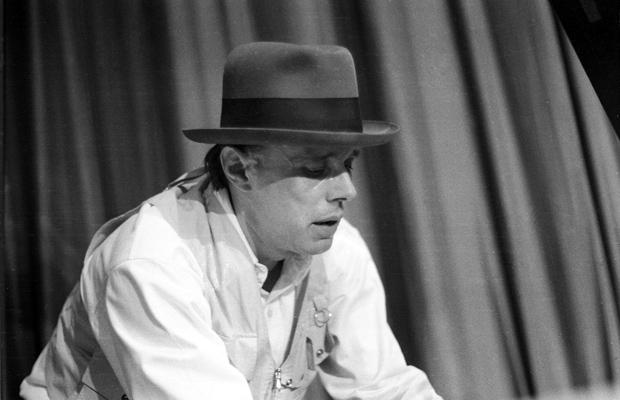 Joseph Beuys bei einer Aktion. Das Happening mit dem Titel 'Klavierspiel nach Sauerkraut auf dem Notenhalter' war ein Protest gegen die Polizeirepressionen anlässlich des Berlin-Besuches des US-Präsidenten Richard Nixon.