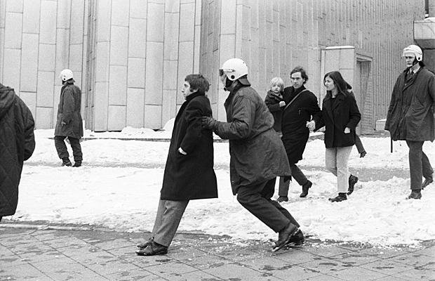 Ein Demonstrant widersetzt sich einem Polizisten auf einer Demonstration des SDS (Sozialistischer Deutscher Studentenbund) in Berlin anlässlich des Berlin-Besuchs von US-Präsident Richard Nixon.