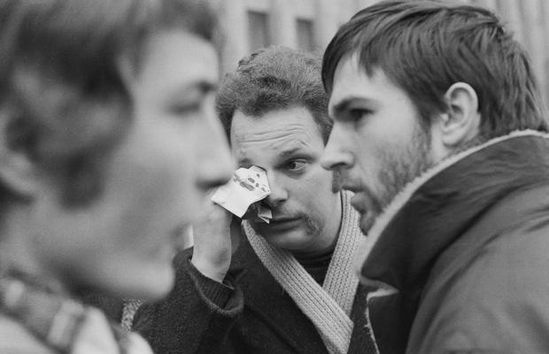 Ein Teilnehmer einer Demonstration des SDS (Sozialistischer Deutscher Studentenbund) anlässlich des Deutschland-Besuches von Richard Nixon in Berlin wischt sich mit einem Taschentuch Blut aus dem Gesicht.