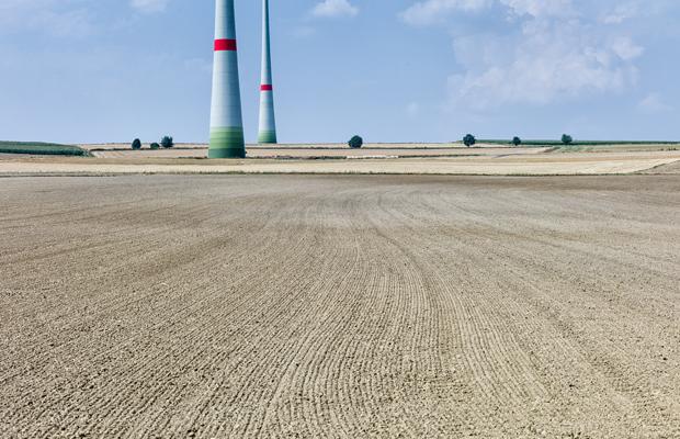Nur einige Windkraftanlagen stehen auf den weiten Feldern in der Nähe der oberfränkischen Ortschaft Mödlareuth nahe der thüringischen Grenze.