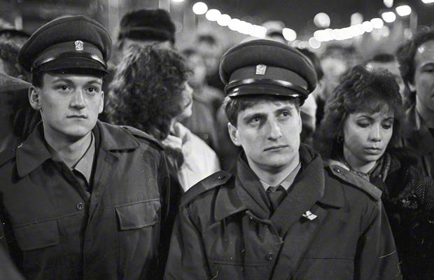 """Porträt zweier junger Polizisten auf einer Demonstration im Verlauf der """"Samtenen Revolution"""" auf dem Wenzelsplatz in Prag."""