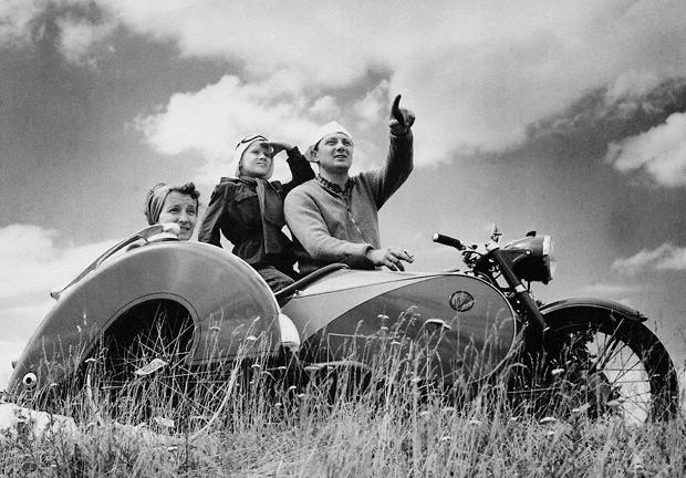 Familienausfusflug ins Grüne auf dem Motorrad mit Beiwagen der Marke Steils.
