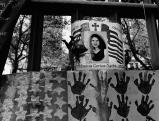Fahnen, Bilder und Gedenkplakate am Ground Zero, 2002