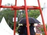 Tollwood-Besucher im Regen, 2011
