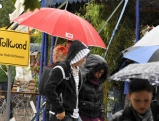 Besucher mit Regenbekleidung, 2011