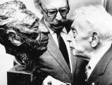 Arthur Rubinstein betrachtet seine eigene Bueste, 1980