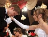 Handkuss beim Tanz der Debuetantinnen in  Muenchen, 2011