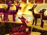 Pinkfarbene Hirsche beim Christkindlmarkt am Marienplatz