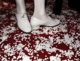 Weisse Schuhe auf Konfetti