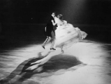 Diei Geschwister Pausin beim Eiskunstlauf in Biedermeierkostuemen, um 1935