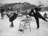 Ein Schlittschuh laufender Kellner in St. Moritz, 1930