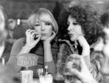 Elke Sommer mit Ortrud Beginnen in dem Film  \'Einer von uns beiden\', 1973