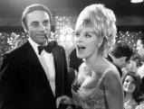 Die Filmschauspielerin Elke Sommer mit Ehemann  beim Filmball, 1967