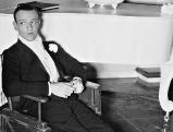 Fred Astaire bei einer Drehpause von Top Hat, 1935
