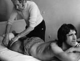 Erich Deuser massiert Gerd Mueller. 1973