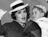 Gina Lollobrigida mit ihrem Sohn, 1959