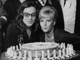 Heidi Bruehl mit Nana Mouskouri an deren 27. Geburtstag, 1962
