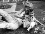 Heidi Bruehl mit Nachbarskind, 1963