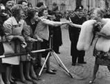 Heidi Bruehl auf dem Weg zur Bambiverleihung, 1959
