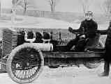Rennfahrer Barney Oldfield in einem Auto von Henry Ford, 1902