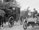 Henry Ford sitzt in einem alten Ford, \'Modell A\', 1933