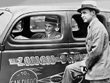 Henry Ford am Steuer des zweimillionsten Wagen des Typs V, 1935