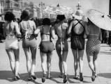 Frauen im Badeanzug auf der Promenade in Eastbourne, 1935