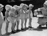 Kinder bekommen kalte Getraenke, 1937
