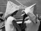 Papierhuete als Sonnenschutz, 1933