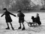 Kinder beim Eislaufen bei Wimbeldon, 1935
