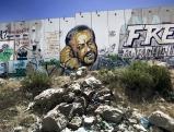 Graffiti auf der Mauer in der Naehe des Checkpoints Qalandia