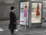 Orthodoxe Jude vor Werbeplakate in Tel Aviv, Juni 2012