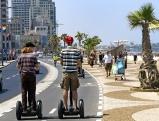Touristen mit Elektrorollern Segway auf der Strandpromenade in Tel Aviv, Juni 2012