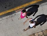 Junges Paar in einer Strasse in Benidorm
