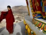 Tibetanische Moenche versammeln sich in einem Tempel in Tongren