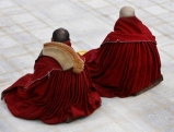 Tibetische Moenche versammeln sich in einem Tempel in Tongren