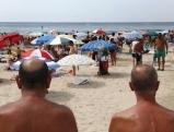 Maenner am Strand