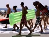 Touristen an der Strandpromenade