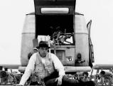 Joseph Beuys beim Aufbau seines Kunstobjekts \'Rudel\' in Stockholm, 1971