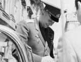 Juri Gagarin verteilt Autogramme, 1962