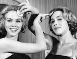Alice und Ellen Kessler schminken sich vor einem Auftritt, 1956
